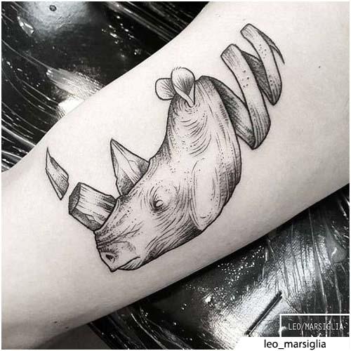 tatuaje de rinoceronte rizo