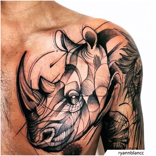 tatuaggio rinoceronte blackwork spalla e pettorale