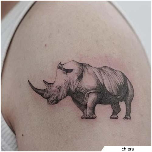 tatuaggio rinoceronte blackwork realistico