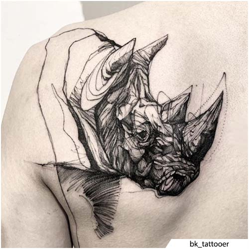 tatuaggio rinoceronte scapola