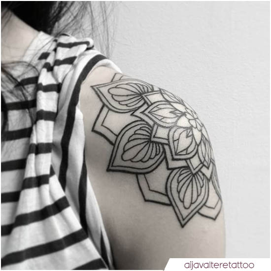 tatuaje de mandala de hombro