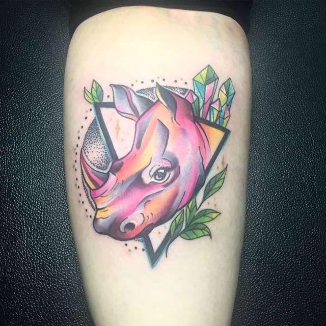 tattoo rinoceronte colorato