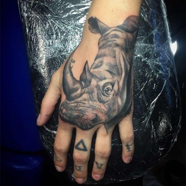 tattoo rinoceronte sulla mano