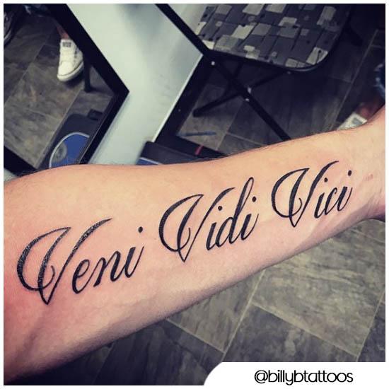 Veni vio el tatuaje de vici en el antebrazo