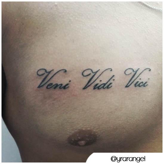 Veni vidi vici tattoo pettorale