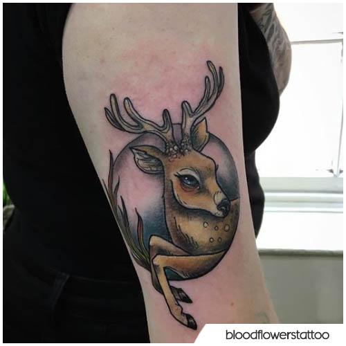tatuaggio cervo in un cerchio
