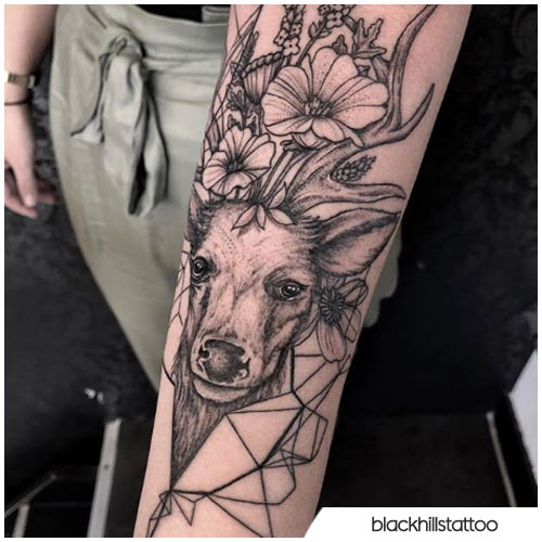 tatuaggio cervo con linee