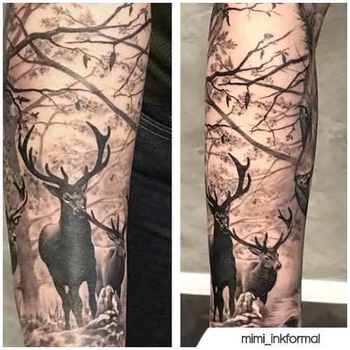 tatuaggio cervo nella foresta