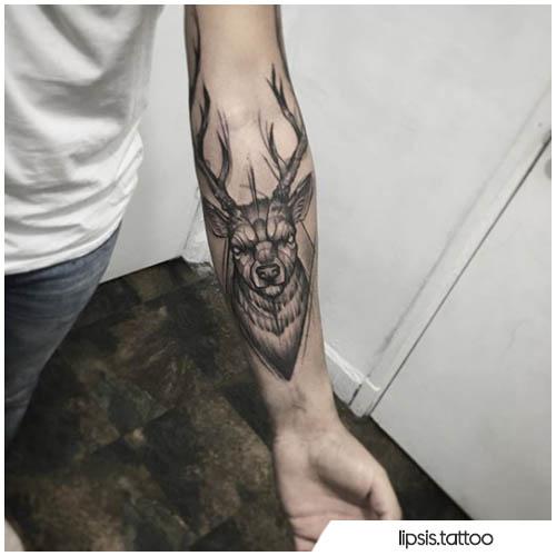 tatuaggio cervo con rombo sull'avambraccio