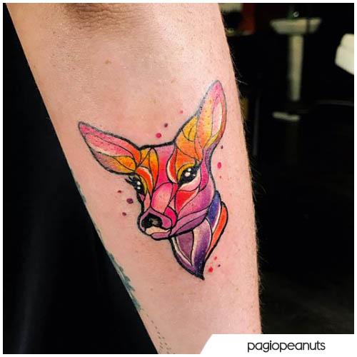 tatuaje de ciervo colorido