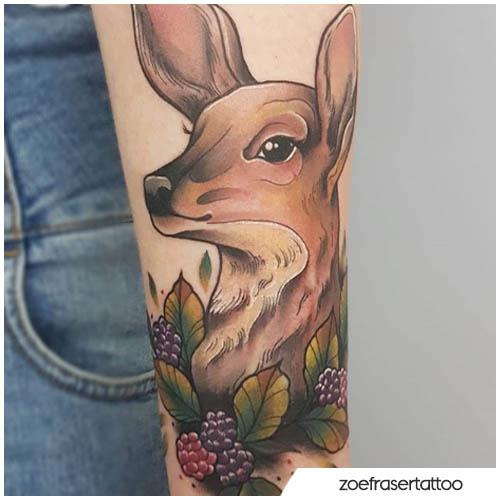 tatuaggio cerva con more