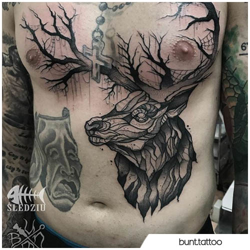 tatuaggio cervo pancia petto