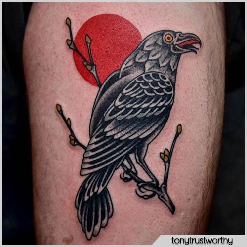 tattoo corvo con luna rossa