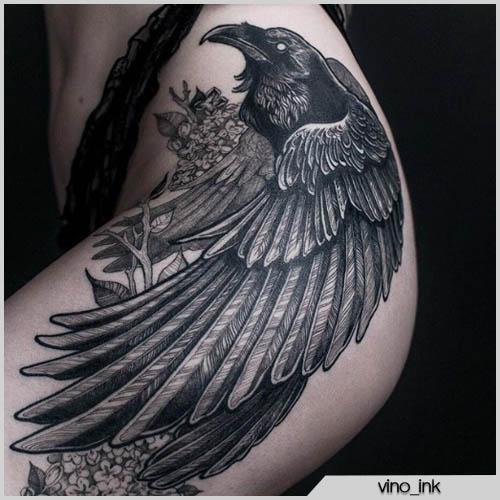 Tatuaje total de cuervo negro en el muslo