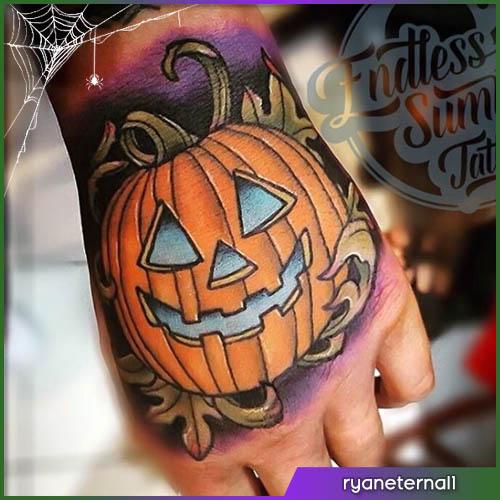 Halloween tattoo zucca sulla mano