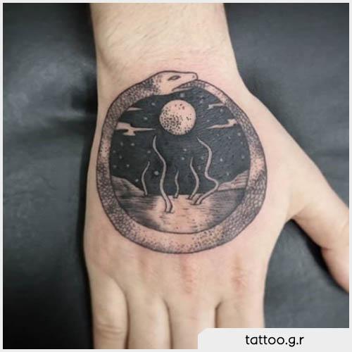 tatuaggio ouroboros mano con luna