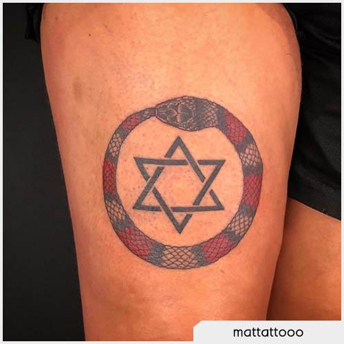 ouroboros tattoo rosso con pentacolo