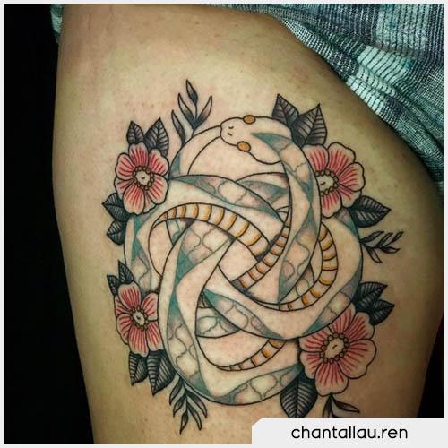 ouroboros tattoo fogliee e fiori rossi
