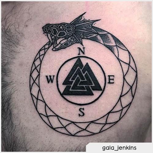 Tatuaggio uroboro con punti cardinali
