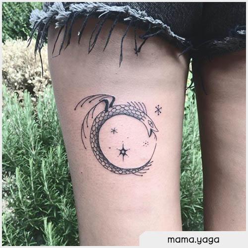 Tatuaggio ouroboros coscia