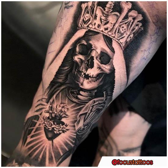 Tatuaje externo del muslo de Santa Muerte