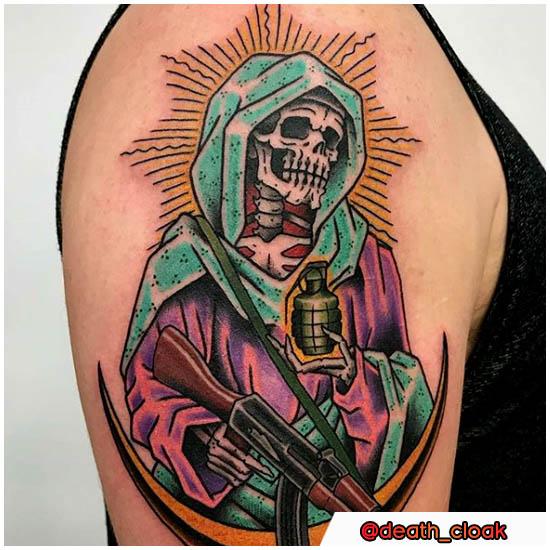 Tatuaggio Santa Muerte con ak-47 e granata