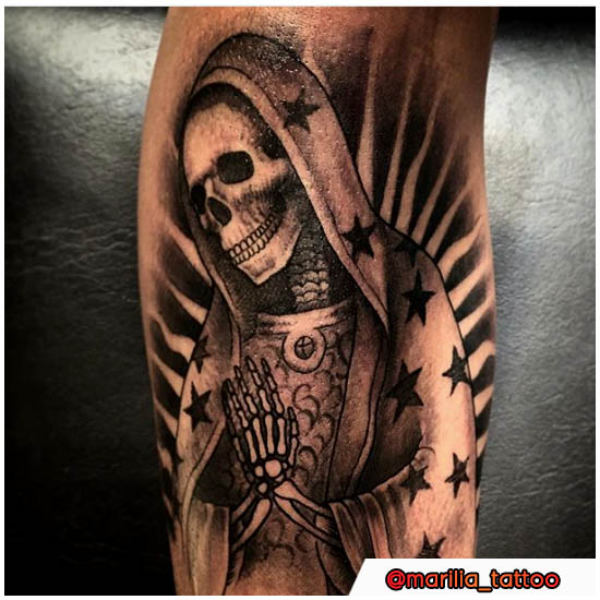 Tatuaje de Santa Muerte rezando