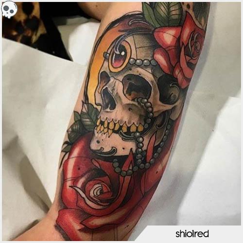 tatuaggio teschio con rose e perle