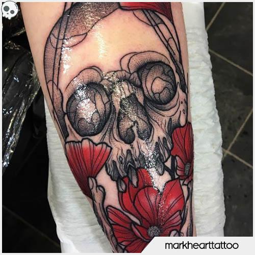 tatuaggio teschio con papaveri