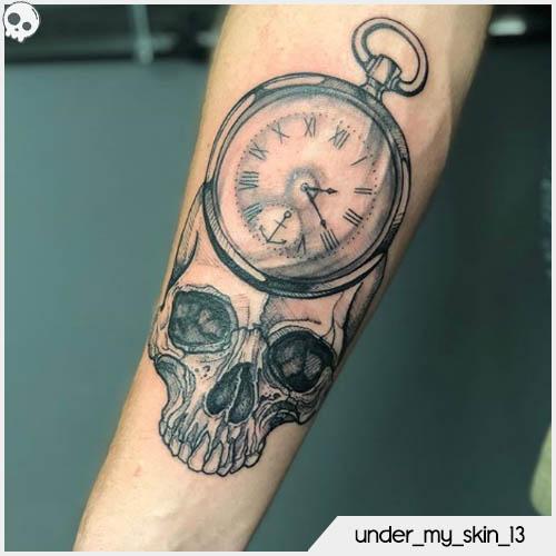 tatuaggio teschio con orologio