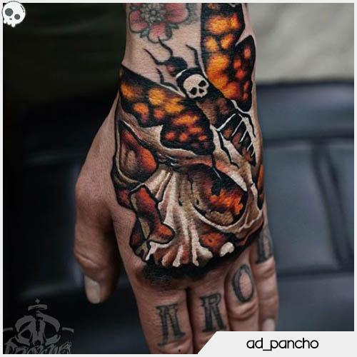 tatuaggio teschio realistico con falena