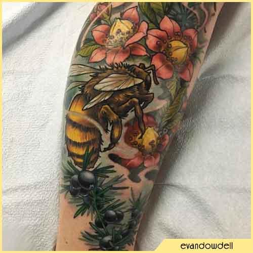 Tatuaje de abeja flores y bayas