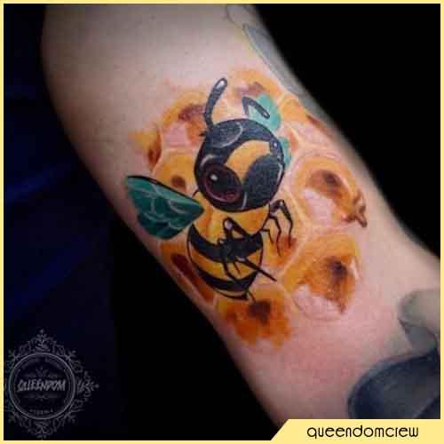 Tatuaje lindo de la abeja