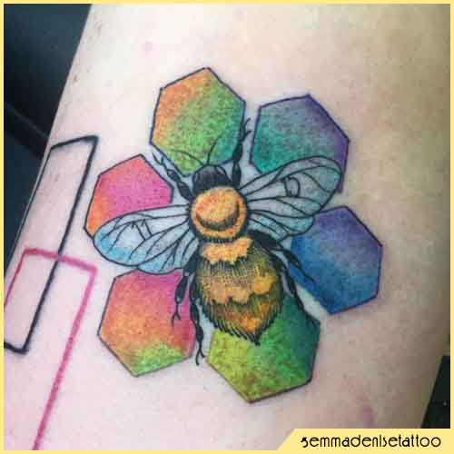 Tatuaje de abeja arcoiris