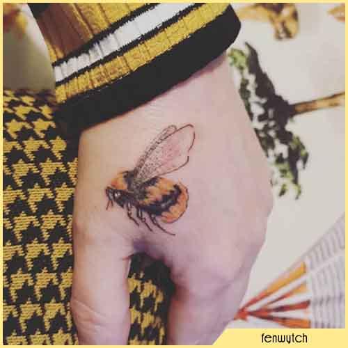 Piccolo Tatuaggio Ape sulla mano