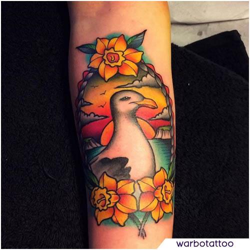 tatuaggio gabbiano colorato sull'avambraccio
