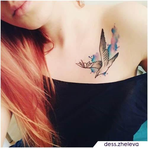tatuaggio gabbiano acquerello sulla clavicola