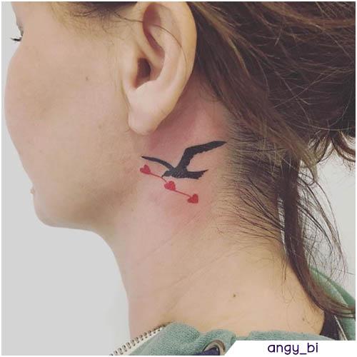tatuaggio gabbiano con cuori rossi