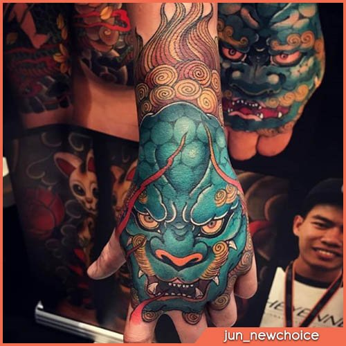 karashishi azzurro su mano tatuaggio giapponese