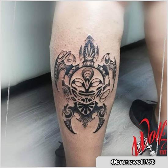 tattoo maori tartaruga sul polpaccio sinistro