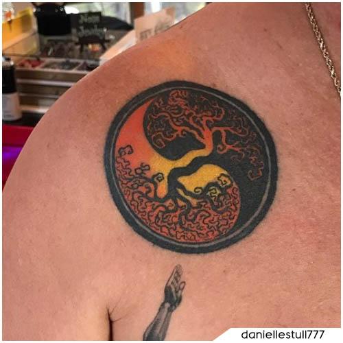 tatuaggio yin yang albero della vita arancione