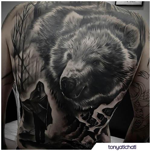 tatuaggio orso realistico schiena