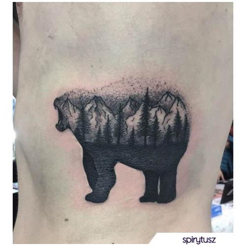 tatuaggio orso con foresta