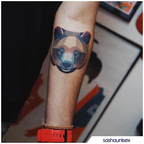 tatuaggio orso dipinto geometrico