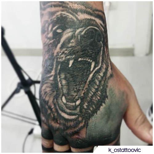 tatuaggio orso realistico mano