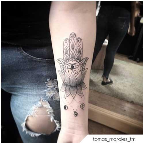 Tatuaggio fiore di loto Mano di hamsa