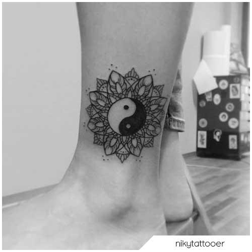 Tatuaggio fiore di loto yin yang