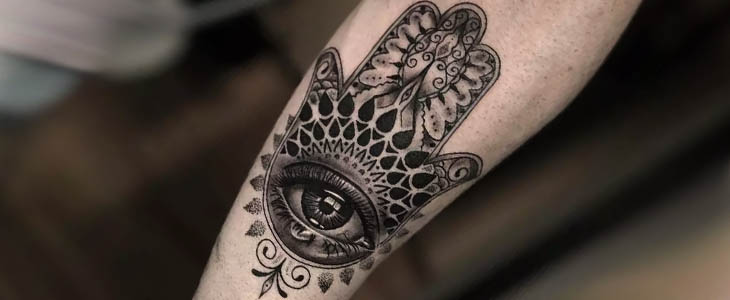 Tatuaggio Mano di Fatima avambraccio geometrico