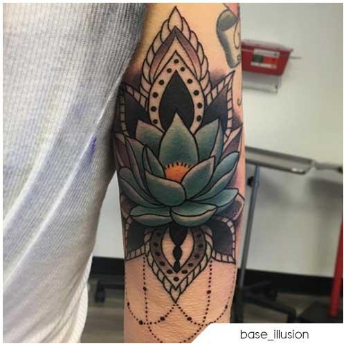 tattoo fiore di loto gomito