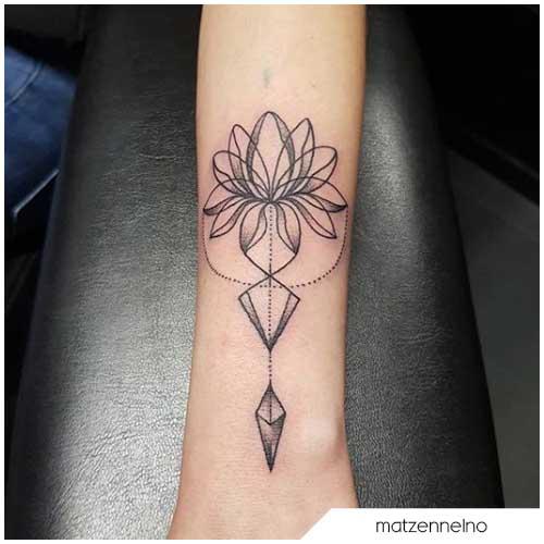 tattoo fiore di loto geometrico